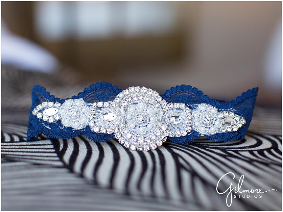 2-Turnip-Rose-Promande-wedding-photo-garter